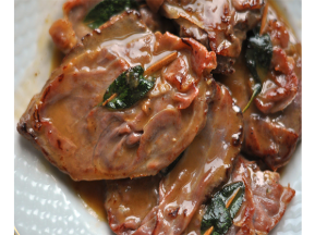 Салтимбока представлява тънки резени телешко месо, прошуто, салвия завити на рулца и забодени с дървена клечка, които се готвят в сухо бяло вино...